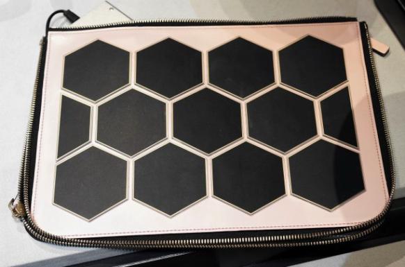 Samsung представила клатч с солнечными батареями