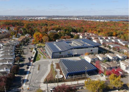 Зелёная школа с солнечными батареями в Нью-Йорке