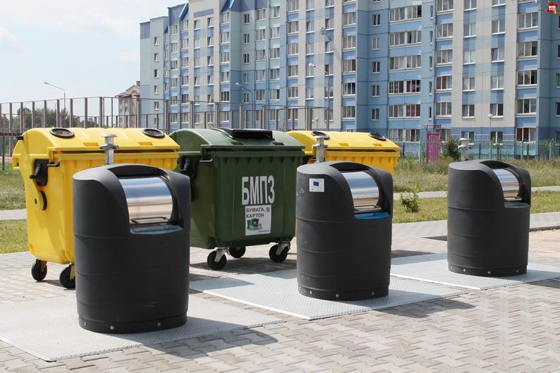В Киеве установили подземные мусорные баки с солнечными батареями