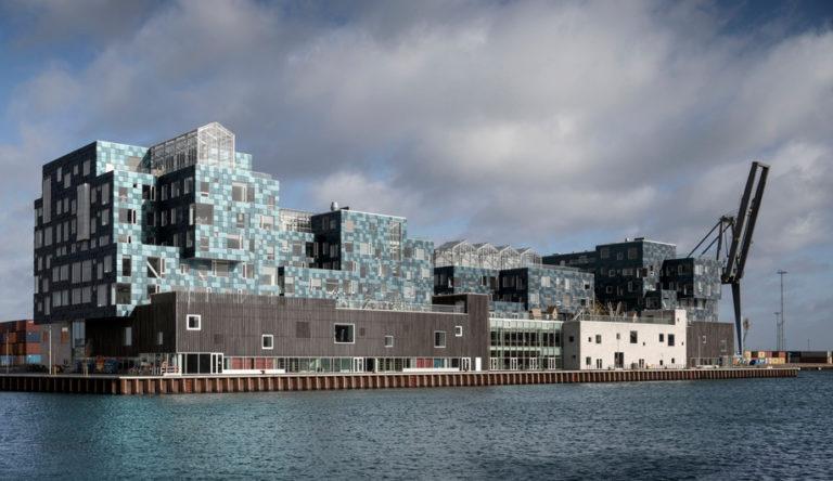 Копенгагенская школа полностью покрытая солнечными панелями