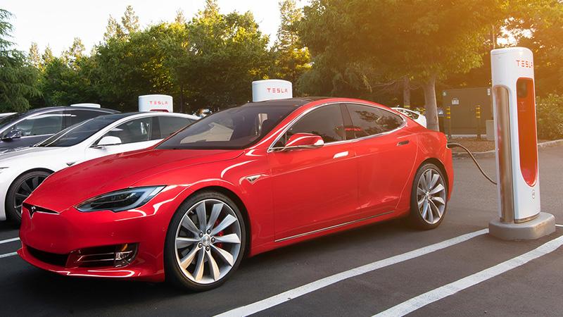 Tesla придется заряжать за свой счет