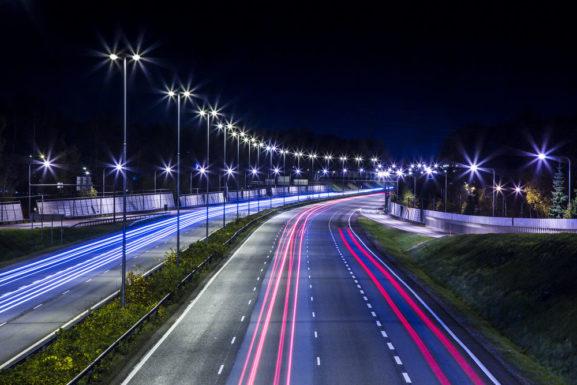Умные фонари появятся на московских кольцах и вылетных магистралях