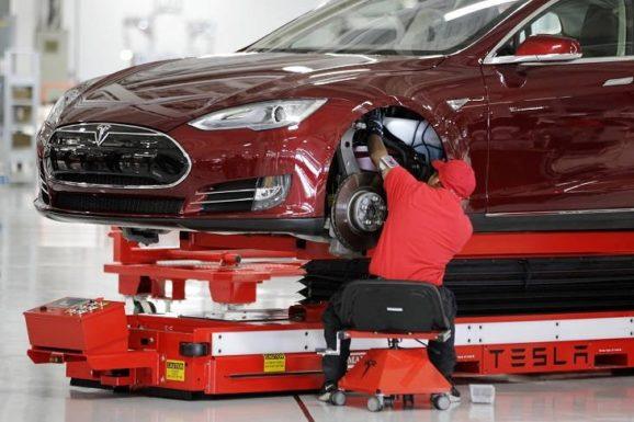 Tesla запускает программу подготовки специалистов по электромобилям