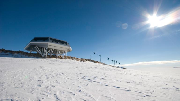 Новые установки возобновляемой электроэнергии в Антарктике – покоряя новые вершины.