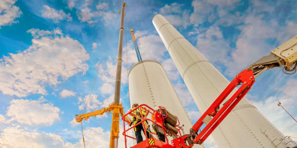 На стройплощадке Азовского ветропарка полным ходом идут работы по возведению ВЭУ