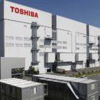 Японский промышленный холдинг Toshiba прекратит принимать заказы на новые угольные электростанции, сообщило агентство Nikkei. Приоритеты сдвигаются в сторону возобновляемых источников энергии. Японская промышленная группа увеличит годовые инвестиции в них примерно в пять раз до 160 миллиардов иен (1,52 миллиарда долларов) к 2022 финансовому году. Этот шаг был предпринят после того, как премьер-министр Ёсихидэ Суга пообещал построить в Японии углеродно-нейтральное общество к 2050 году. Основные игроки в секторе энергетического машиностроения, такие как Mitsubishi Heavy Industries или немецкая Siemens, нацелены на выход из угольного бизнеса, и конкурентные позиции будут во многом определяться способностью адаптироваться к изменяющемуся спросу. Например, Siemens Energy заявила во вторник, что прекратит участие в новых тендерах на угольные электростанции, но продолжит техническое обслуживание и поставку запасных частей для существующих заводов. Немецкая компания планирует сосредоточиться на ветроэнергетике, технологиях передачи электроэнергии и производстве электроэнергии на основе газа. Toshiba занимает 11% мирового рынка тепловой энергетики без учета Китая. Это включает строительство электростанций, производство паровых турбин, а также техническое обслуживание и другие услуги. Японские производители оборудования для угольных электростанций подчёркивали его экологические показатели, однако требования декарбонизации приводят к отказу даже от «чистого угля». Хотя компания перестанет принимать новые заказы, связанные с постройкой угольных электростанций, она всё-таки выполнит существующие и построит около 10 станций в Японии, Вьетнаме и других странах. В качестве альтернативы углю Toshiba увеличит инвестиции в исследования и разработки морских ветроэнергетических установок и фотоэлектрических элементов нового поколения. В частности, компания говорит о разработке «ультрасовременной» ветряной турбины, не давая дополнительных деталей. Она надеется расширить свой бизнес в обл