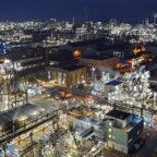 Цель – нулевой показатель выбросов CO2 на глобальном уровне к 2050 г. 25-процентное сокращение выбросов CO2 уже к 2030 г. Инвестиции до 4 млрд евро до 2030 г. Концерн BASF анонсировал еще более амбициозные цели на пути к климатической нейтральности и принял решение достичь нулевого уровня выбросов к 2050 году. Опираясь на новейшие разработки в области низкоуглеродных и безуглеродных технологий, компания одновременно значительно ужесточила свою среднесрочную цель по сокращению выбросов парниковых газов к 2030 году: выбросы должны снизиться на 25% в глобальном масштабе по сравнению с 2018 годом, несмотря на запланированный рост бизнеса и строительство крупного производственного комплекса на юге Китая. Если учитывать только уже работающий бизнес, это означает сокращение выбросов CO2 вдвое к концу десятилетия. Для достижения новой климатической цели BASF планирует инвестировать до 1 миллиарда евро к 2025 году и дополнительно 2-3 миллиарда евро к 2030 году. В 2018 году выбросы концерна BASF на глобальном уровне составили 21,9 миллиона метрических тонн CO2-эквивалента. В 1990 году эта цифра была примерно вдвое выше. Таким образом, новая цель по выбросам в 2030 году подразумевает их сокращение примерно на 60% по сравнению с уровнем 1990 года, что превосходит целевой показатель Европейского союза, равный минус 55%. «Новые климатические цели подчеркивают нашу решимость и приверженность BASF Парижскому соглашению по климату. Изменения климата – величайший вызов XXI века. В ответ мы должны адаптировать бизнес-процессы и продуктовый портфель, и ускорить эту трансформацию необходимо уже сейчас. Сейчас мы сосредоточимся на первых, а не на финальных шагах этого пути: концерн будет активнее использовать возобновляемые источники энергии. Мы также ускорим разработку и внедрение новых безуглеродных процессов для производства химической продукции. Благодаря прозрачности процессов и решениям, которые позволяют систематически и неуклонно уменьшать углеродный след от продуктов BASF по все